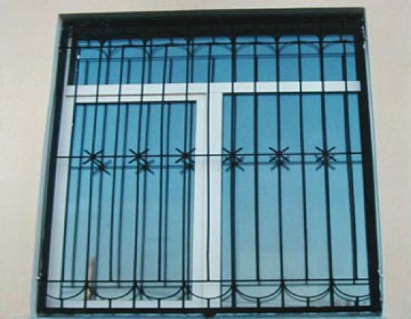 установка решеток на окна и железной двери